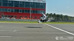 空飛ぶバイク、モトGPで公開飛行「未来は意外と近くにあった」(動画)
