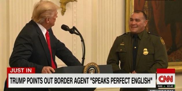 """En présentant ce policier latino-américain, Trump a cru bon de préciser qu'il """"parle parfaitement l'anglais"""""""