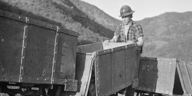 Un trabajador descarga en Kingman (Arizona, Estados Unidos) los carros de wolframio que han sido transportados desde la mina Boriana.