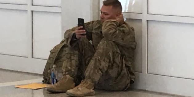 La imagen captada por una usuaria de Facebook del soldado mientras este ve a través de su móvil el nacimiento de su hija.