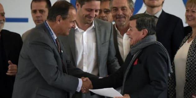 El jefe del equipo negociador del gobierno colombiano en los diálogos de paz con el ELN en Ecuador, Juan Camilo Restrepo (izq.), y con el jefe de la delegación del ELN, Pablo Beltrán (der.).