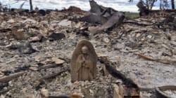 L'incendio distrugge la casa, la statua della Madonna è l'unico oggetto intatto. La foto simbolo di speranza in
