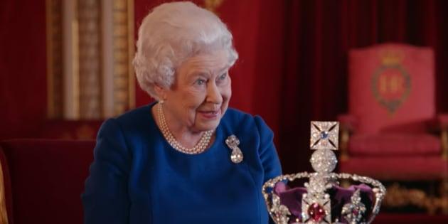 Elizabeth II révèle les secrets de son couronnement (et ce que ça fait de porter une couronne d'un kilo sur le crâne).