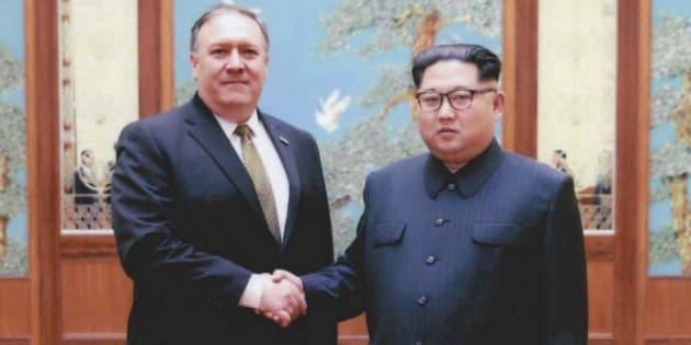 Mike Pompeo et Kim Jong Un photographié à Pyongyang fin mars - début avril 2018.