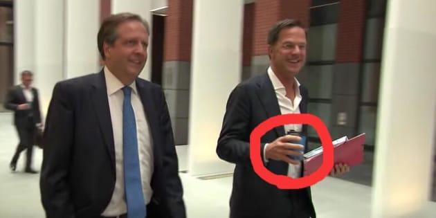 オランダ首相、カメラの前でコー...