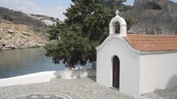 Gli sposi simulano atto sessuale di fronte alla cappella, il vescovo di Rodi bandisce i matrimoni