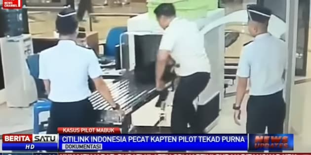 Incapable d'articuler et titubant, un pilote indonésien est débarqué d'avion