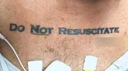 70enne portato in ospedale in gravi condizioni. Sul suo corpo i medici trovano tatuata la scritta