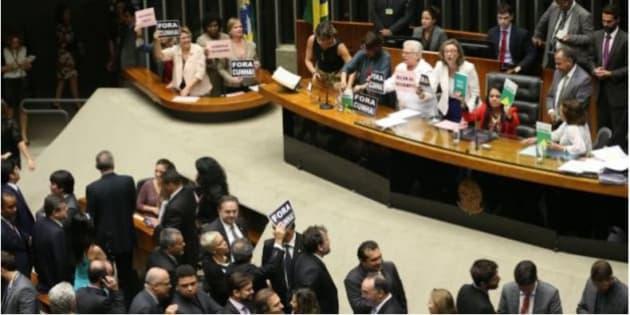 """Os partidos políticos devem """"promover e difundir a participação política feminina""""."""