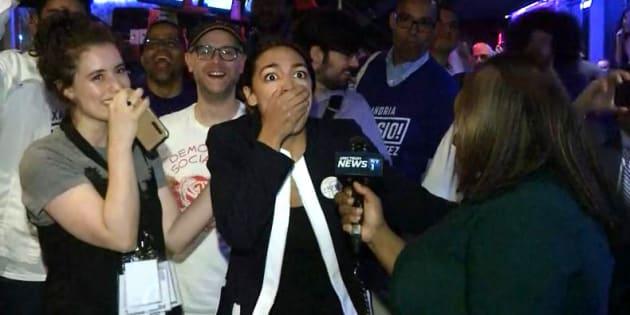 Encore serveuse il y a 6 mois, cette jeune latina bat un ponte du parti démocrate (et n'en croit pas ses yeux)