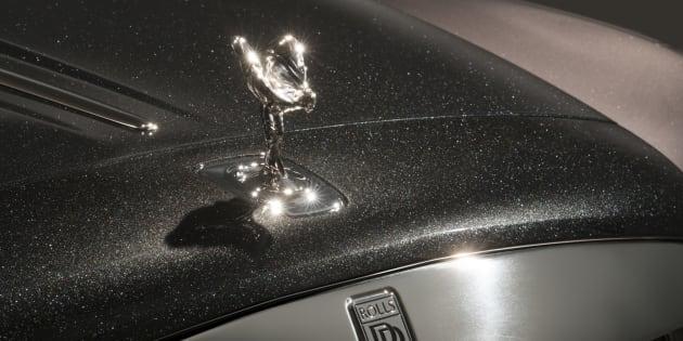 Rolls-Royce Ghost, uno de los más caros de su catálogo, lacado con una comprensión de pintura realizada a partir del polvo de esas piedras preciosas.