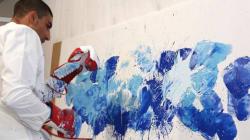 Pour composer ses tableaux, ce peintre utilise ses gants de