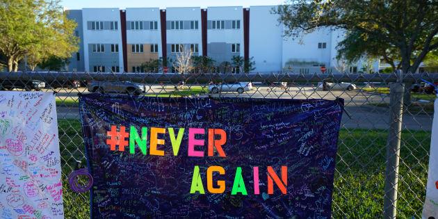 Un mémorial avait été installé devant l'école secondaire après la fusillade, l'an dernier.