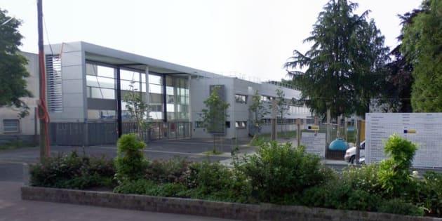 Devant le lycée professionnel Hélène-Boucher de Tremblay-en-France.