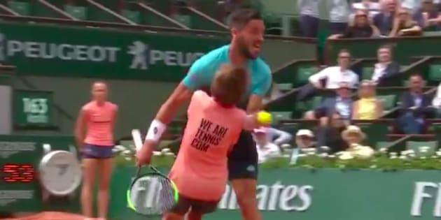 À Roland-Garros, Damir Džumhur a violemment percuté un ramasseur de balles.