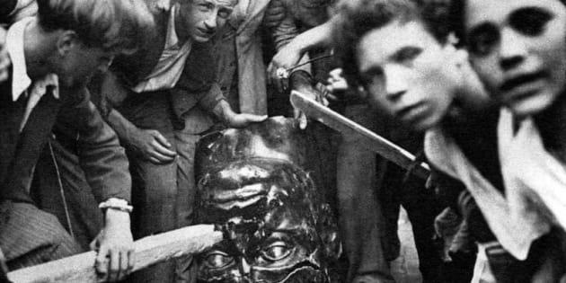 25 luglio 1943, Roma. Alla notizia della caduta del fascismo, un gruppo di persone depone la una statua di Benito Mussolini