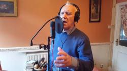 Touché par Alzheimer, ce papi crooner va vous donner des