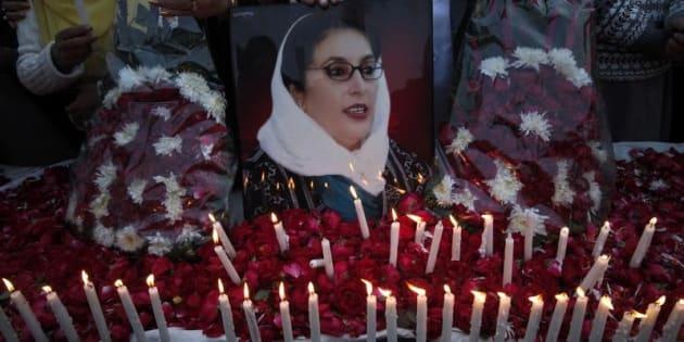 Velas y flores para Benazir Bhutto, durante una vigilia celebrada en Lahore en diciembre de 2011.