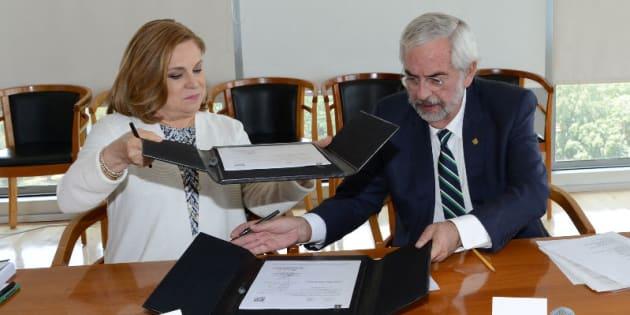 Enrique Graue, rector de la UNAM, y la secretaria de la Función Pública, Arely Gómez, firmaron un convenio de colaboración para facilitar el acceso, uso, reutilización y redistribución de los datos considerados de carácter público con que cuentan ambas instituciones.