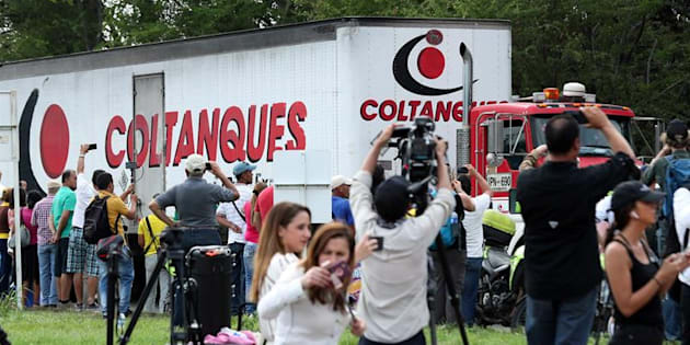 Periodistas registran los camiones donde se transporta el primer cargamento de ayuda humanitaria internacional para Venezuela, en inmediaciones al puente fronterizo de Tienditas, en Cúcuta (Colombia).