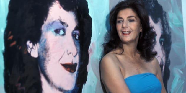 1978, Graziella Lonardi Buontempo nella sua casa di Roma accanto al suo ritratto dipinto da Warhol