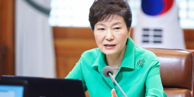 La presidente sud coreana Park Geun-hye parla durante un incontro con alti segretari presidenziali a Seul.