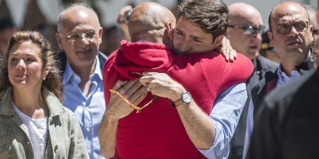 Il primo ministro canadese Justin Trudeau visita il paese di Amatrice e incontra il sindaco, Sergio Pirozzi