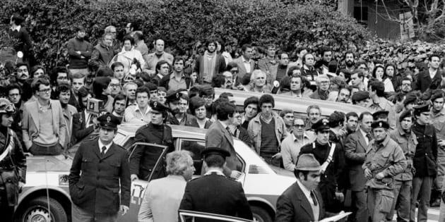 16/03/1978 Roma via Fani,  l'onorevole Aldo Moro viene rapito dalle Brigate Rosse, e vengono uccisi i 5 uomini della scorta (Domenico Ricci, Oreste Leonardi, Raffaele Iozzino, Giulio Rivera, Francesco Zizzi) . Nella foto il luogo dell'attentato