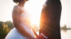 Le nozze sulla spiaggia distrutte dal temporale: una sconosciuta salva la cerimonia in maniera