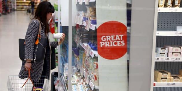 Una mujer hace la compra en un supermercado de Londres, en una imagen de archivo del pasado abril.