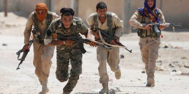 Milicianos kurdos corren por las calles de Raqqa, en Siria, el pasado 3 de julio.