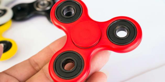 Les fidgets spinners sont très utilisés en France et ailleurs sur les bancs de la classe pour canaliser l'énergie et l'attention des enfants en difficulté, comme ceux atteints de troubles autistiques.