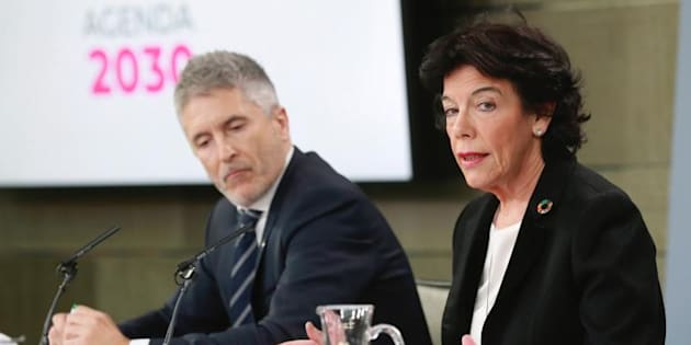 La portavoz del Gobierno, Isabel Celaá y el ministro del Interior, Fernando Grande- Marlaska, durante la rueda de prensa posterior a la reunión del Consejo de Ministros.