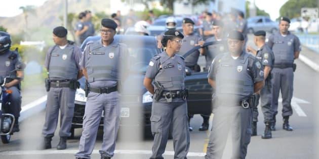 Mulheres e familiares de policiais na saída do Comando Geral da Polícia Militar de Vitória e impedem a saída de policiais militares.