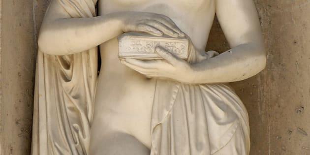 Escultura de Pandora con su caja.