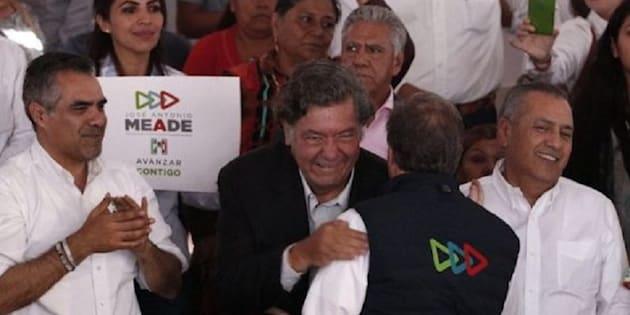 Antonio Vera Palestina (de camisa rosa) escoltó al empresario Jorge Hank Rhon durante un evento de Meade en Baja California.