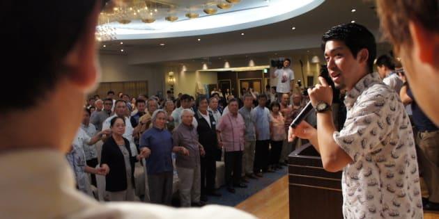 手を繋いで県民投票への意気込みを示す市民ら=5月23日、那覇市