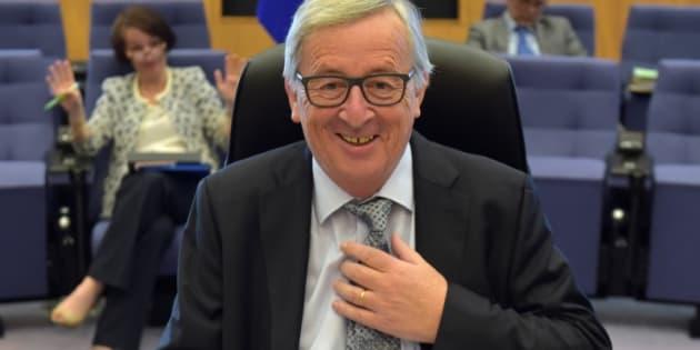 Jean-Claude Juncker, el presidente de la Comisión Europea, se atusa la corbata antes de una reunión económica en Bruselas, el pasado julio.