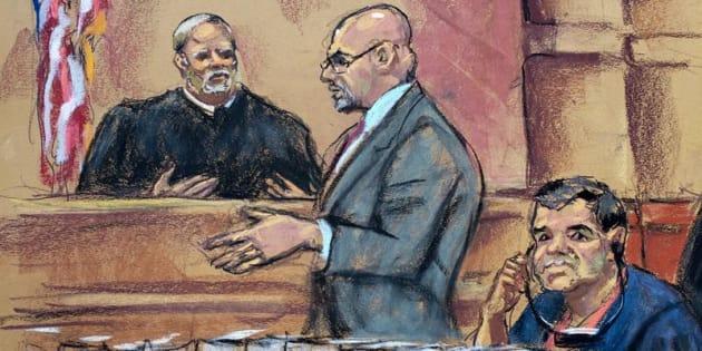 Reproducción fotográfica de un dibujo realizado por la artista Jane Rosenberg donde aparece el narcotraficante mexicano Joaquín Guzmán Loera, alias el Chapo, mientras escucha a su abogado Eduardo Balarezo hacer una petición al juez Brian Cogan en la Corte del Distrito Sur en Brooklyn, Nueva York.