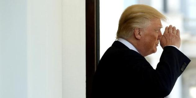 El presidente de EEUU, Donald Trump, saluda a un 'marine' antes de partir de la Casa Blanca, el pasado mes de mayo.