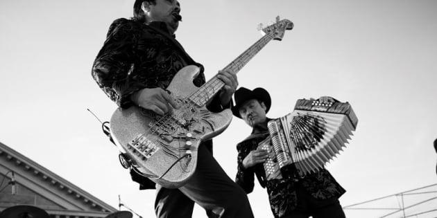 Hernán y Jorge Hernández de Los Tigres del Norte actúan en la Prisión Estatal de Folsom. / Foto: Cortesía de Los Tigres del Norte