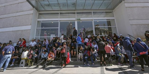 Maestros bloquean la entrada de un centro comercial este miércoles, en Morelia, en el estado de Michoacán (México).