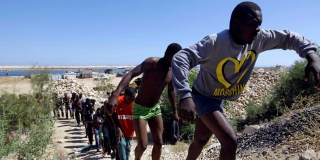 Un grupo de migrantes, retratados en la playa de Gharaboli, al este de Tripoli, tras ser rescatados el pasado 8 de julio al poco de embarcarse hacia Europa.