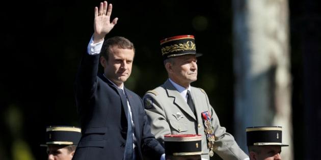 El presidente galo Emmanuel Macron y el hasta hoy jefe de Estado Mayor de Francia, el general Pierre de Villiers, el pasado viernes a su llegada al desfile del día de la Fiesta Nacional.