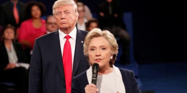 Donald Trump escucha a Hillary Clinton durante su debate en San Luis, el pasado octubre.
