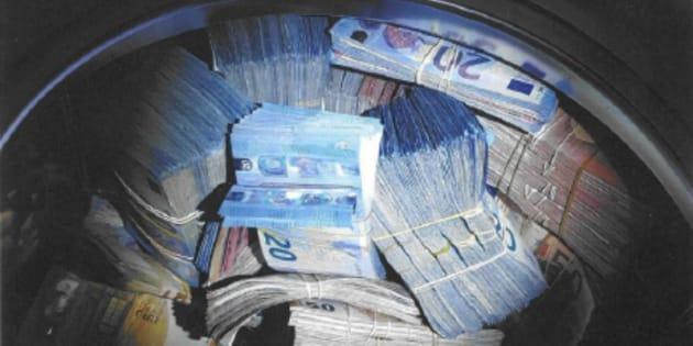 オランダの警察当局が公開した押収した多額の現金