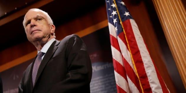 El senador John McCain, durante la rueda de prensa en la que ha explicado su voto.