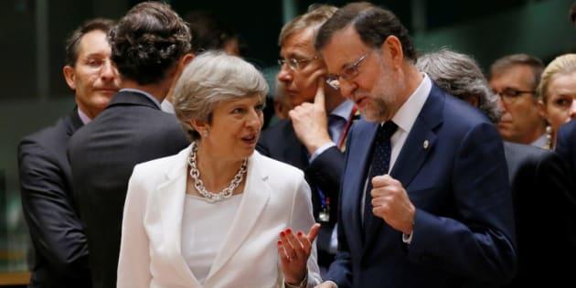 Mariano Rajoy y Theresa May, conversando hoy en Bruselas.