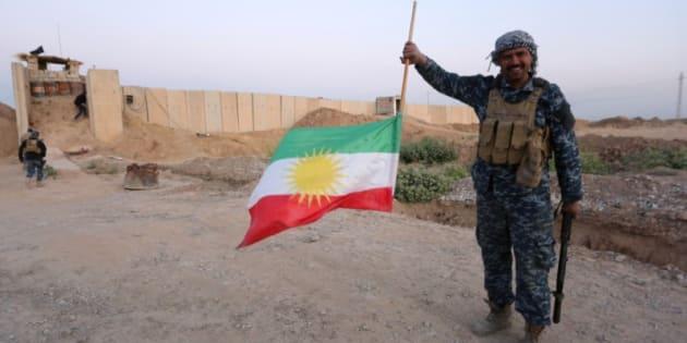 Un soldado iraquí sostiene dada la vuelta la bandera del Kurdistán, esta mañana en Kirkuk.