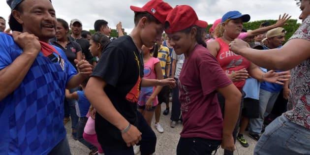 Los miles de migrantes hondureños que salieron de su país en una caravana reanudaron hoy su camino hacia Estados Unidos después de cumplir los requisitos migratorios de México, cuyo Gobierno advirtió con deportar a los que ingresaron ilegalmente a su territorio.